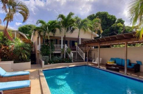 Poolside Home in Utila Town Photo #1